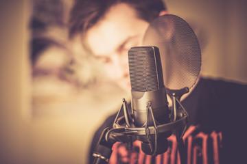 Mikrofon und Sänger im Aufnahmestudio
