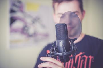 Mikrofon im Aufnahmestudio, Tontechniker