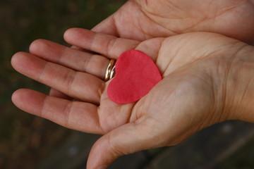 una emozione  amore nel palmo della mano