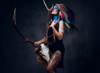 Foto op Plexiglas Body Paint Indian female holds an antler skull.
