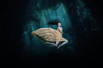 Junge Frau als Meerjungfrau