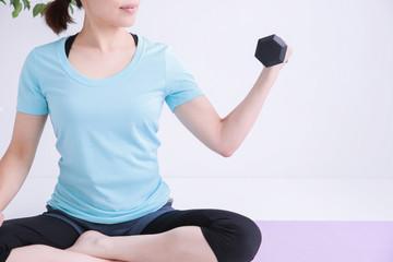 筋力トレーニングする女性