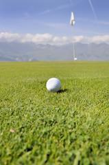 balle de golf sur terrain en montagne