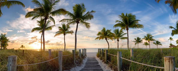 Spoed Fotobehang Strand Panorama view of footbridge to the Smathers beach at sunrise - Key West, Florida.