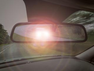 Autofahrer wird von folgendem PKW über den Rückspiegel innen geblendet - Driver is blinded by the following car through the rearview mirror