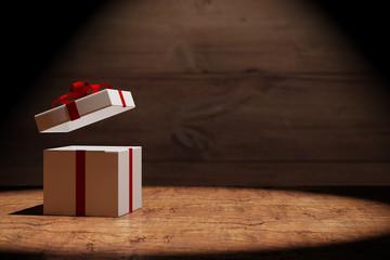 Offenes Geschenk auf Holz