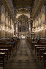 Dettaglio, durante la messa, della navata centrale della cattedrale di Sant'Andrea, principale luogo di culto cattolico di Amalfi. Dedicato a sant'Andrea apostolo, si trova in piazza Duomo.