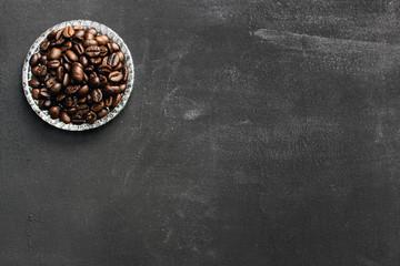 Kaffeebohnen auf Tafel