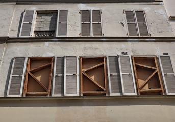 fenêtres murées, maison en cours de démolition