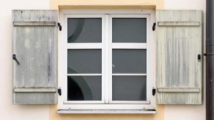 Sprossenfenster mit hölzernen Fensterläden