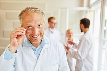 Freundlicher Senior als Chefarzt