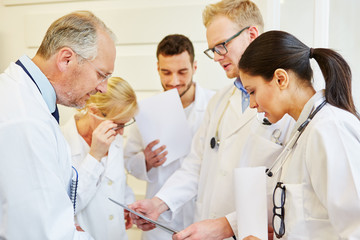 Ärzte im Team besprechen Krankenakte