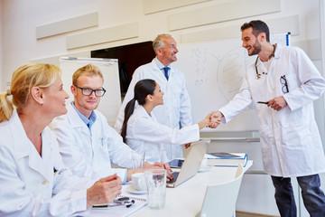 Ärztin gratuliert Referenten zum Erfolg