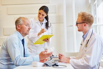 Ärzte machen Therapie Beratung
