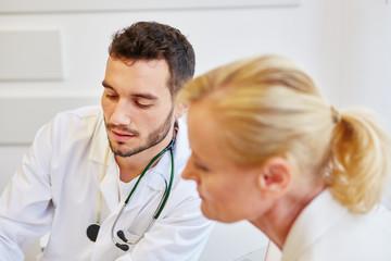 Patientin hört ihrem Arzt zu
