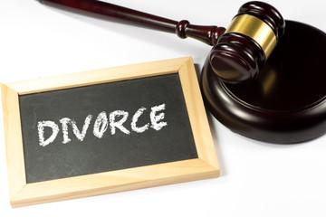 Ein Richterhammer und Kreidetafel mit dem Wort Scheidung