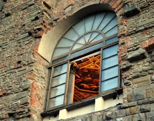Blick durch ein Fenster der Uffizien auf ein wunderschönes Deckengemälde
