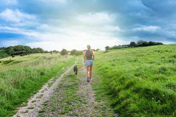 canicross (jeune femme courant avec son chien)