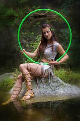 Elfe mit Reifen sitzt am Wasser, vertikal