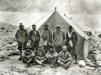 1924 British Mount Everest expedition, Andrew Irvine and George Mallory last on the left