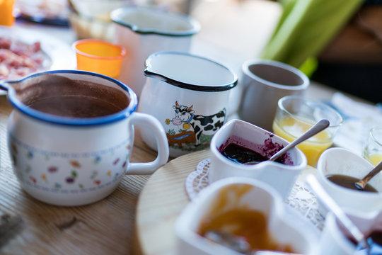colazione in malga, con prodotti tipici