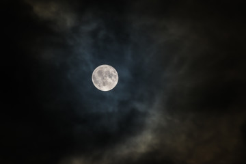 Księżyc, nocne niebo, chmury