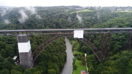 アーチ橋 鉄橋 鉄道 ドローン 空撮 ドイツ ゾーリンゲン 19世紀 107m 雲 雨上がり