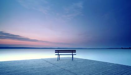 Ruhe und Stille an einsamer Bank