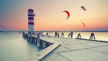 Kitesurfer am Abend am See