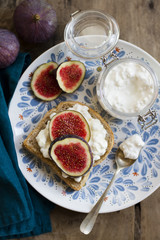 Wholemeal bread with cheese, figs and honey