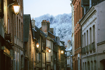 Street scene of houses of the old city centre in Honfleur, Normandy, France Fotomurales