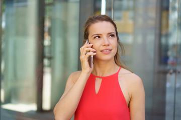 frau telefoniert und schaut in gedanken zur seite
