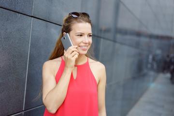 frau in der stadt telefoniert mit ihrem mobiltelefon