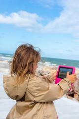 enfant photographiant avec sa tablette