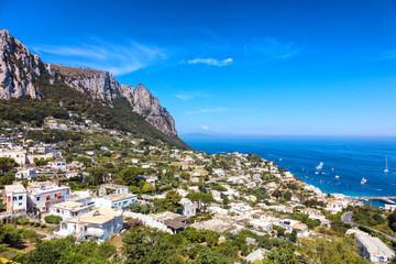 Vue sur la ville depuis les hauteurs de Capri, region de Naples, Italie