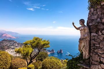 Vue sur la mer et sur  la statue de l'empereur auguste, depuis les hauteurs de Mont Solaro, Anacapri, Ile de Capri,  region de Naples, Italie