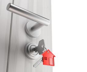 Porta di casa con chiavi e portachiavi inserite
