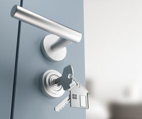 Porta della camera con serratura e chiavi inserite