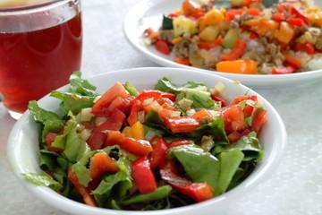 Reis mit Zucchini, Hackfleisch, Paprika, Tomaten, Zwiebel und Salat