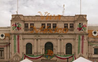 Dekoration zum mexikanischen Unabhängigkeitstag am Rathaus von Chihuahua