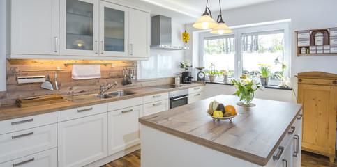 helle, wohnliche Küche im Landhaus-Ambiente