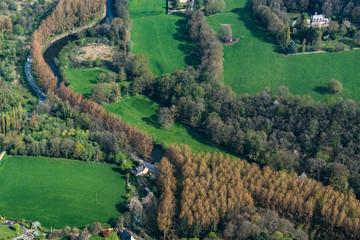 Vue aérienne de champs et de bois près de Dinan en Bretagne nord - France