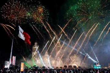 """People enjoy fireworks after the """"Cry of Independence"""" by Mexico's President Enrique Pena Nieto, on the 207th anniversary of the day rebel priest Miguel Hidalgo set it on the path to independence, in Mexico City"""