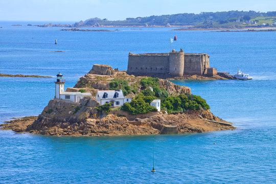 Phare de l'île Louët, Carantec et Château du taureau, Plouezoc'h. Baie de Morlaix. Finistère, Bretagne