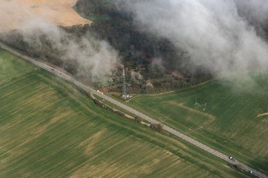 Vue aérienne d'un camion sur une route à Carrouges dans l'Orne en France