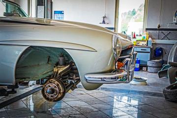 alter Sportwagen in der Werkstatt