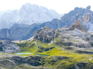 Italien, Trentino-Südtirol, Sextener Dolomiten, Nachmittagstour über Büllelejoch zur Oberbachernspitze, Einöde im Berggebiet, Blick von der Östlichen Oberbachernspitze auf das Rif. Zsigmondy Comici