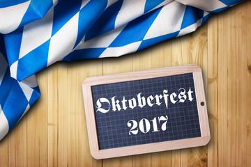 """Tischtuch mit bayrischem Rautenmuster und Kreidetafel mit Aufschrift """"Oktoberfest 2017"""""""