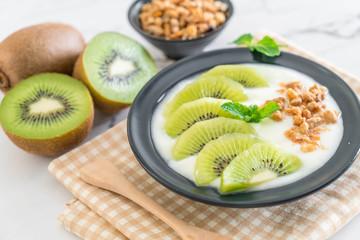 yogurt with kiwi and granola