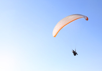 Foto op Aluminium Luchtsport A man is flying on a paraglider in the sky